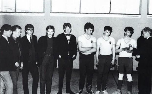 Tekur á móti sigurlaunum í Akureyrarmóti 1967