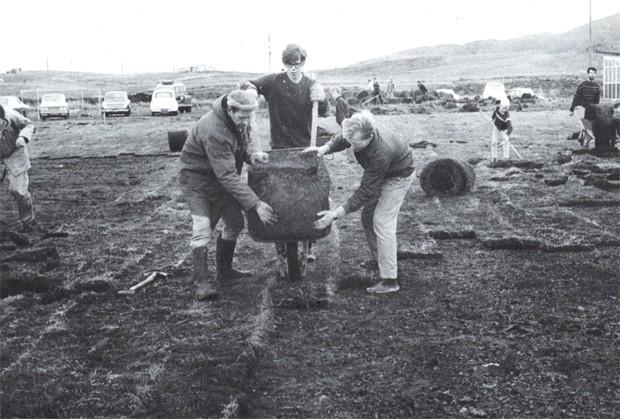 Unnið að þökulagingu